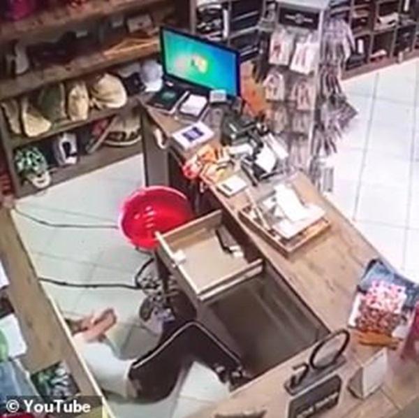 Cô gái trẻ bị kẻ bịt mặt bắn thẳng vào người nằm gục tại chỗ, nghi phạm lại là một gương mặt thân quen với nạn nhân và người nhà-3