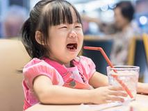 """Mệt mỏi vì con khủng hoảng tuổi lên 3, đây là 6 cách giúp mẹ """"sống sót"""" qua giai đoạn khó khăn này"""