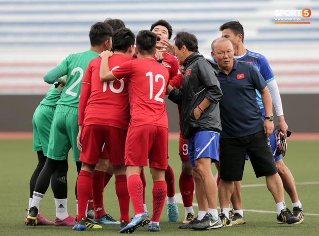 HLV Park Hang Seo ngồi xem mũ bảo hiểm, troll học trò trong khi chờ sân tập cho U22 Việt Nam-1
