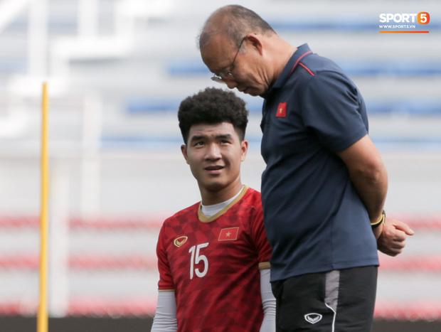 HLV Park Hang Seo ngồi xem mũ bảo hiểm, troll học trò trong khi chờ sân tập cho U22 Việt Nam-3