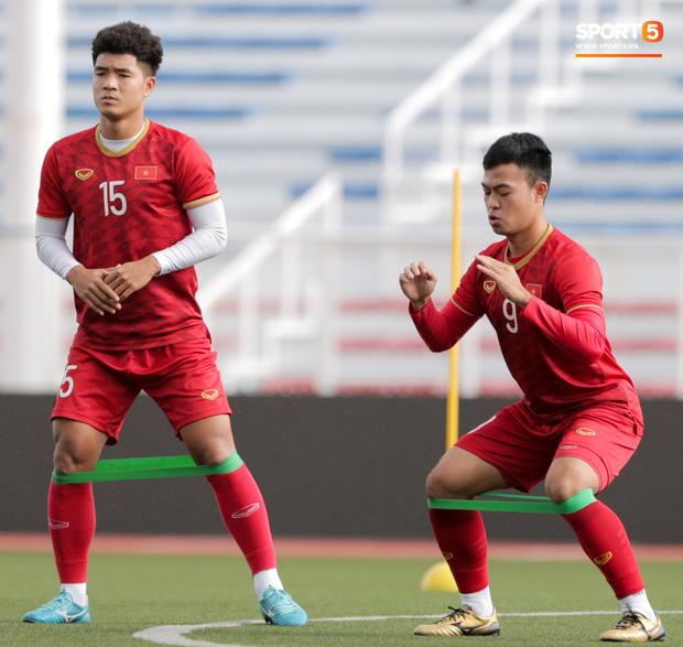 HLV Park Hang Seo ngồi xem mũ bảo hiểm, troll học trò trong khi chờ sân tập cho U22 Việt Nam-5