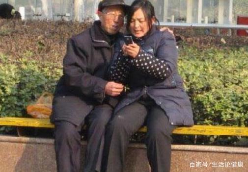Cặp đôi 30 - 60 tuổi bị chỉ trích, người phụ nữ nói 1 câu khiến tất cả im lặng-1
