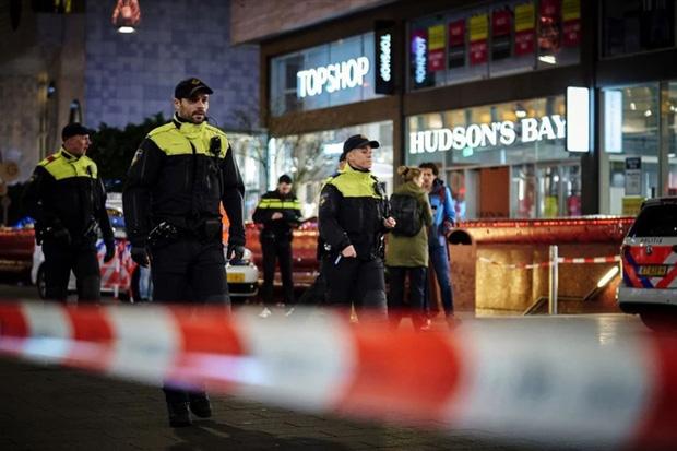 Black Friday kinh hoàng: Đâm dao trên phố mua sắm sầm uất ở Hà Lan-1