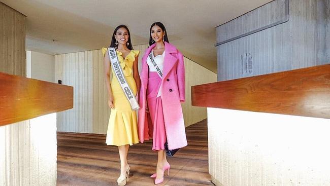 Hoàng Thùy diện đồ màu hồng chóe ngày đầu thi Miss Universe 2019, lấy hên bằng cách diện lại áo của HHen Niê-1