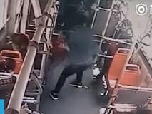 Nghịch ngợm trên xe buýt, cậu bé 7 tuổi bị đánh tới tấp và giẫm đạp thê thảm vì sự hiếu động của mình