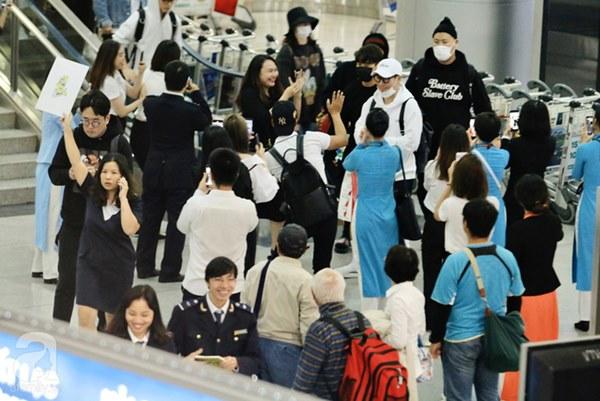 HOT: Các thành viên Running Man đã chính thức đến Việt Nam; Xuất hiện tình trạng móc túi, mất an ninh vì lượng người đông như vỡ trận-6