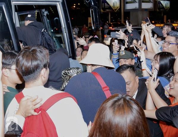HOT: Các thành viên Running Man đã chính thức đến Việt Nam; Xuất hiện tình trạng móc túi, mất an ninh vì lượng người đông như vỡ trận-9