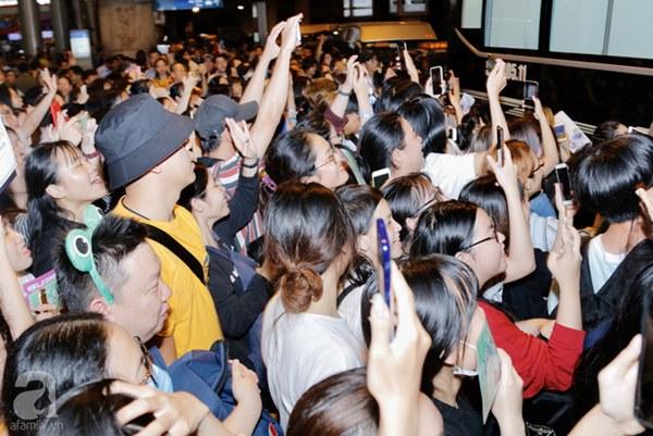 HOT: Các thành viên Running Man đã chính thức đến Việt Nam; Xuất hiện tình trạng móc túi, mất an ninh vì lượng người đông như vỡ trận-10