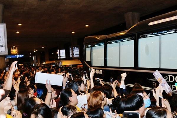 HOT: Các thành viên Running Man đã chính thức đến Việt Nam; Xuất hiện tình trạng móc túi, mất an ninh vì lượng người đông như vỡ trận-11