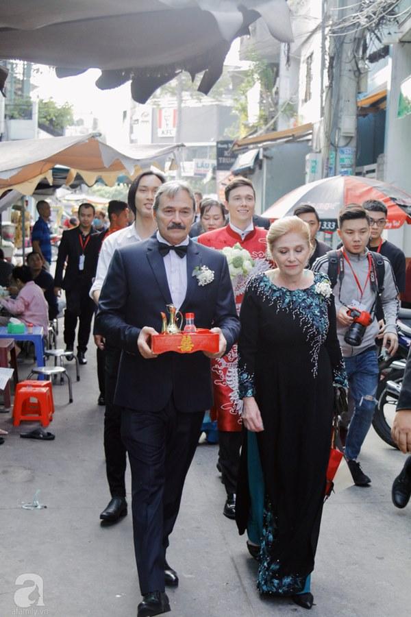 Đám cưới Á hậu Hoàng Oanh cùng bạn trai ngoại quốc: Cô dâu chú rể hạnh phúc trao nhau nụ hôn cùng bước lên xe-34