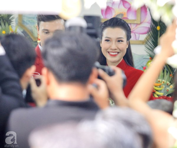 Đám cưới Á hậu Hoàng Oanh cùng bạn trai ngoại quốc: Cô dâu chú rể hạnh phúc trao nhau nụ hôn cùng bước lên xe-26