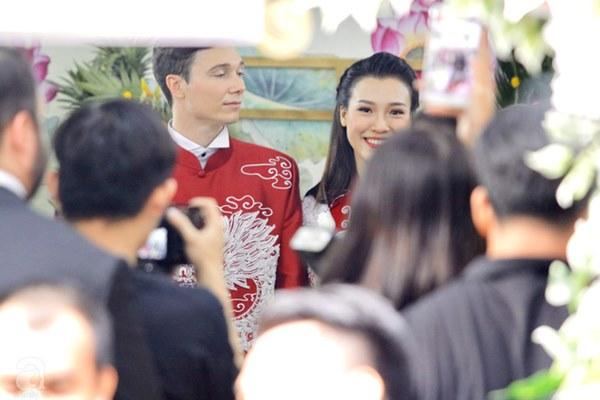 Đám cưới Á hậu Hoàng Oanh cùng bạn trai ngoại quốc: Cô dâu chú rể hạnh phúc trao nhau nụ hôn cùng bước lên xe-27