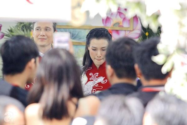 Đám cưới Á hậu Hoàng Oanh cùng bạn trai ngoại quốc: Cô dâu chú rể hạnh phúc trao nhau nụ hôn cùng bước lên xe-28
