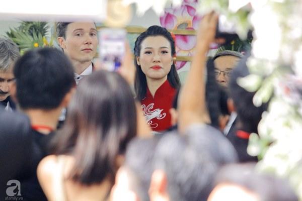 Đám cưới Á hậu Hoàng Oanh cùng bạn trai ngoại quốc: Cô dâu chú rể hạnh phúc trao nhau nụ hôn cùng bước lên xe-29