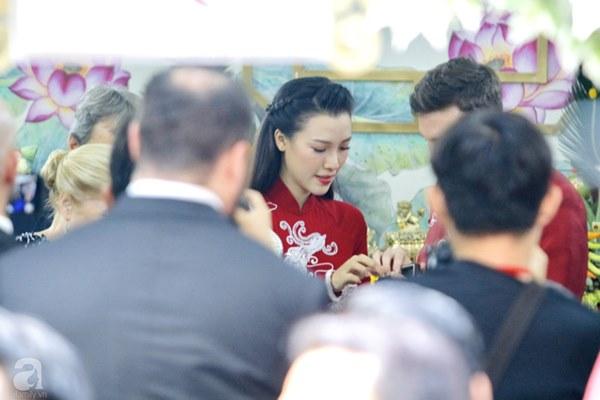 Đám cưới Á hậu Hoàng Oanh cùng bạn trai ngoại quốc: Cô dâu chú rể hạnh phúc trao nhau nụ hôn cùng bước lên xe-30