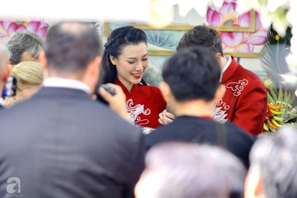 Đám cưới Á hậu Hoàng Oanh cùng bạn trai ngoại quốc: Cô dâu chú rể hạnh phúc trao nhau nụ hôn cùng bước lên xe-31