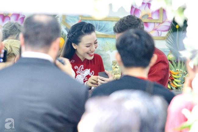 Đám cưới Á hậu Hoàng Oanh cùng bạn trai ngoại quốc: Cô dâu chú rể hạnh phúc trao nhau nụ hôn cùng bước lên xe-23