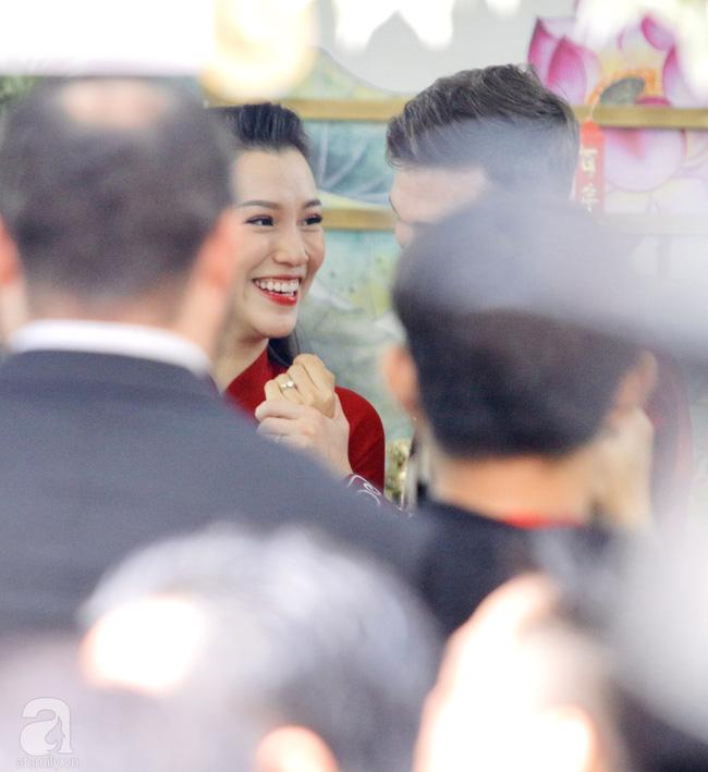 Đám cưới Á hậu Hoàng Oanh cùng bạn trai ngoại quốc: Cô dâu chú rể hạnh phúc trao nhau nụ hôn cùng bước lên xe-24
