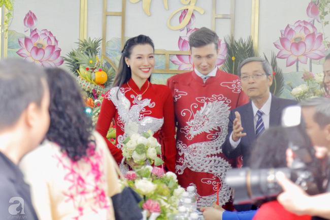 Đám cưới Á hậu Hoàng Oanh cùng bạn trai ngoại quốc: Cô dâu chú rể hạnh phúc trao nhau nụ hôn cùng bước lên xe-25