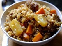 Đổ gạo lẫn sườn vào nồi cơm điện, nấu xong có ngay món lạ, nhìn tưởng nhà hàng hạng sang