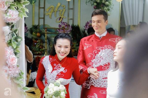 Đám cưới Á hậu Hoàng Oanh cùng bạn trai ngoại quốc: Cô dâu chú rể hạnh phúc trao nhau nụ hôn cùng bước lên xe-8