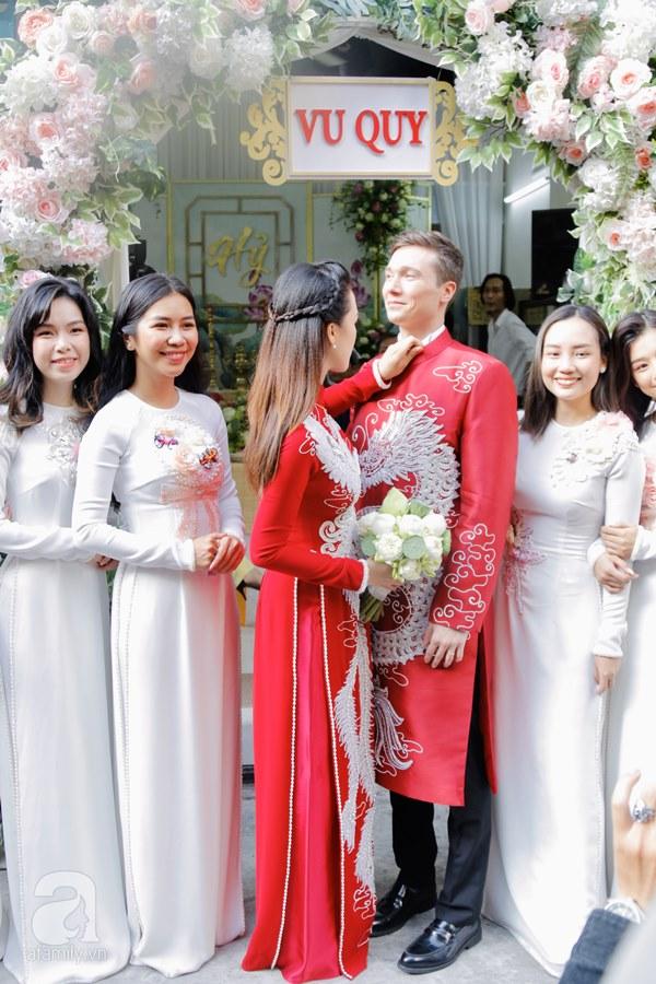 Đám cưới Á hậu Hoàng Oanh cùng bạn trai ngoại quốc: Cô dâu chú rể hạnh phúc trao nhau nụ hôn cùng bước lên xe-9
