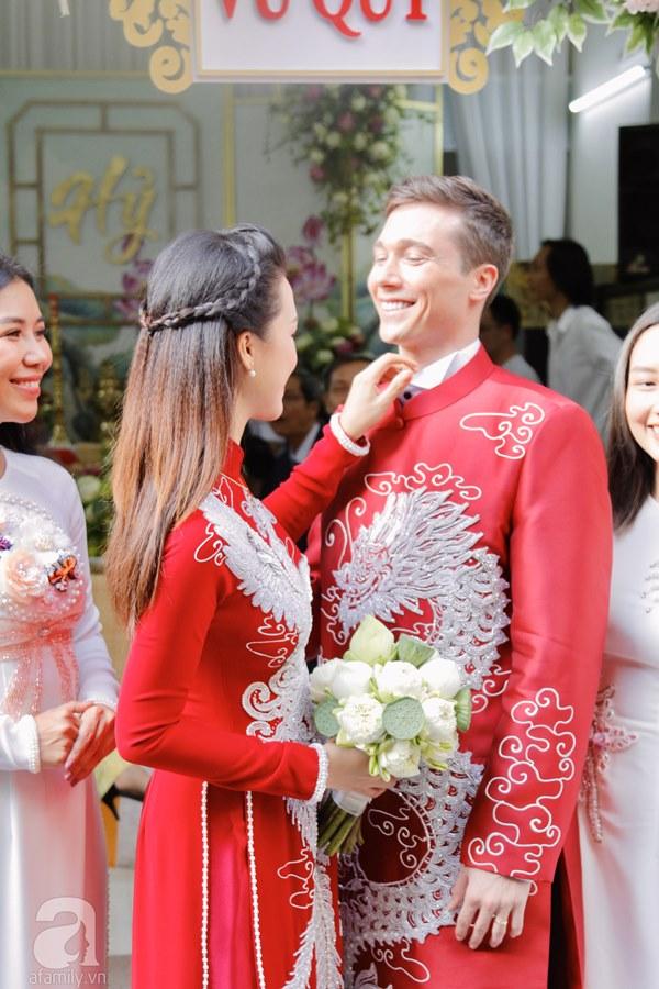 Đám cưới Á hậu Hoàng Oanh cùng bạn trai ngoại quốc: Cô dâu chú rể hạnh phúc trao nhau nụ hôn cùng bước lên xe-10