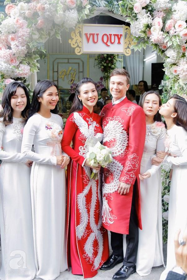 Đám cưới Á hậu Hoàng Oanh cùng bạn trai ngoại quốc: Cô dâu chú rể hạnh phúc trao nhau nụ hôn cùng bước lên xe-11