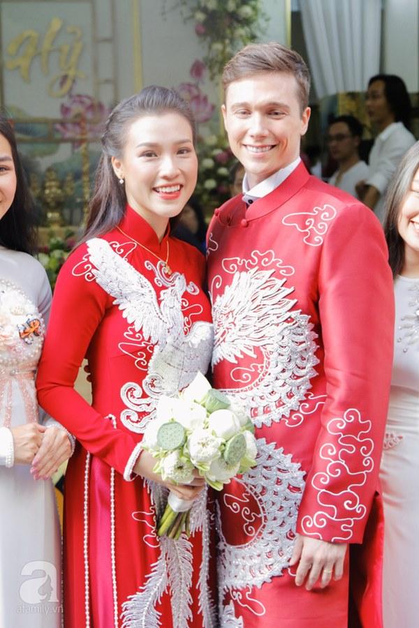 Đám cưới Á hậu Hoàng Oanh cùng bạn trai ngoại quốc: Cô dâu chú rể hạnh phúc trao nhau nụ hôn cùng bước lên xe-12