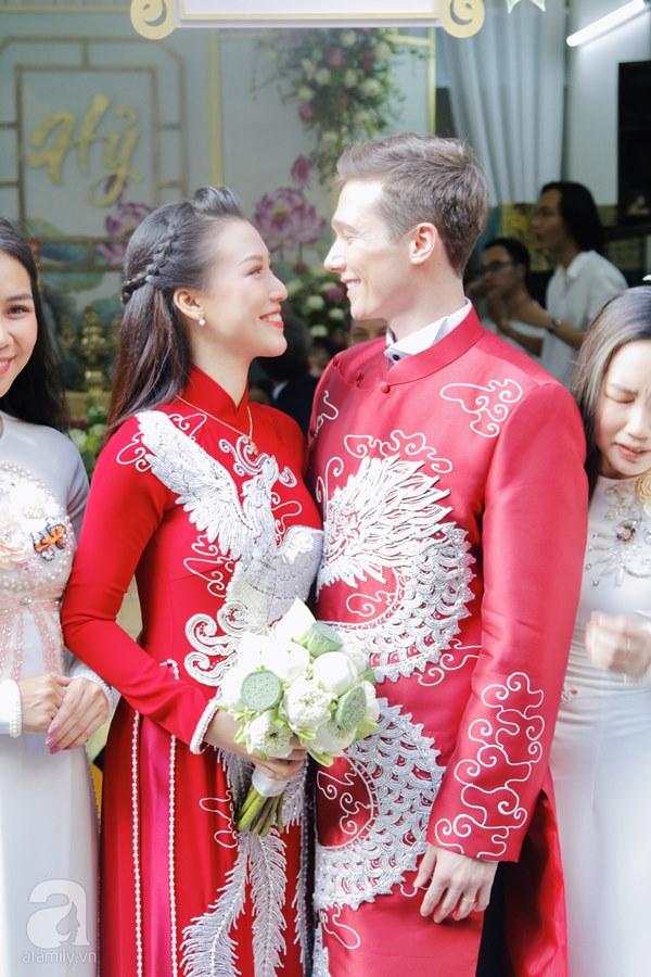 Đám cưới Á hậu Hoàng Oanh cùng bạn trai ngoại quốc: Cô dâu chú rể hạnh phúc trao nhau nụ hôn cùng bước lên xe-13