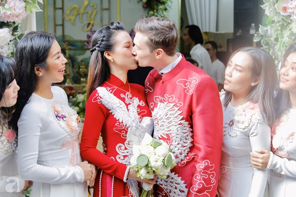 Đám cưới Á hậu Hoàng Oanh cùng bạn trai ngoại quốc: Cô dâu chú rể hạnh phúc trao nhau nụ hôn cùng bước lên xe-15