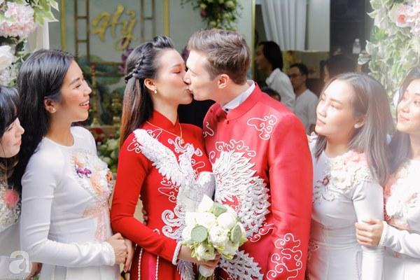 Đám cưới Á hậu Hoàng Oanh cùng bạn trai ngoại quốc: Cô dâu chú rể hạnh phúc trao nhau nụ hôn cùng bước lên xe-16