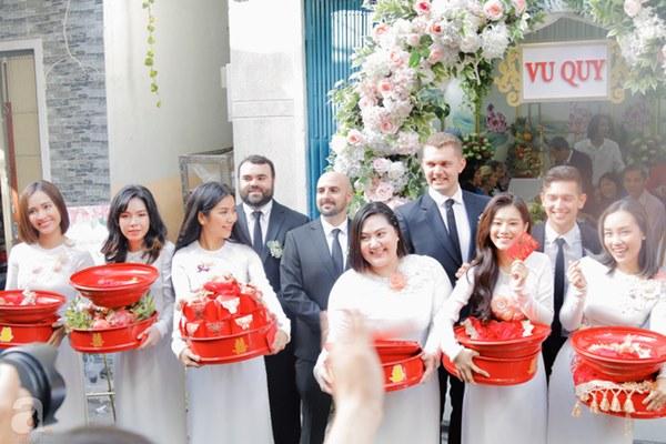 Đám cưới Á hậu Hoàng Oanh cùng bạn trai ngoại quốc: Cô dâu chú rể hạnh phúc trao nhau nụ hôn cùng bước lên xe-19