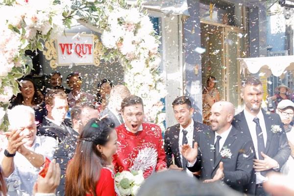 Đám cưới Á hậu Hoàng Oanh cùng bạn trai ngoại quốc: Cô dâu chú rể hạnh phúc trao nhau nụ hôn cùng bước lên xe-22