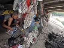 """Bỏ nhà mặt phố Hà Nội, người phụ nữ ra gầm cầu sống 10 năm vì: """"Ở đây mát hơn"""""""