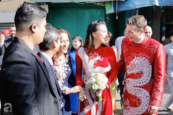 Đám cưới Á hậu Hoàng Oanh cùng bạn trai ngoại quốc: Cô dâu chú rể hạnh phúc trao nhau nụ hôn cùng bước lên xe-2