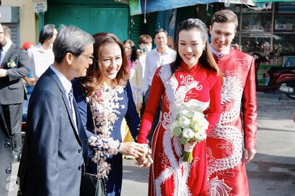 Đám cưới Á hậu Hoàng Oanh cùng bạn trai ngoại quốc: Cô dâu chú rể hạnh phúc trao nhau nụ hôn cùng bước lên xe-3