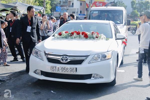 Đám cưới Á hậu Hoàng Oanh cùng bạn trai ngoại quốc: Cô dâu chú rể hạnh phúc trao nhau nụ hôn cùng bước lên xe-7