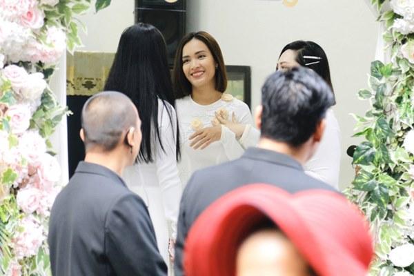 Dàn mỹ nhân Ngựa Hoang diện áo dài trắng thướt tha khoe dáng cùng dàn phù rể ngoại quốc trong lễ rước dâu của Á hậu Hoàng Oanh-3