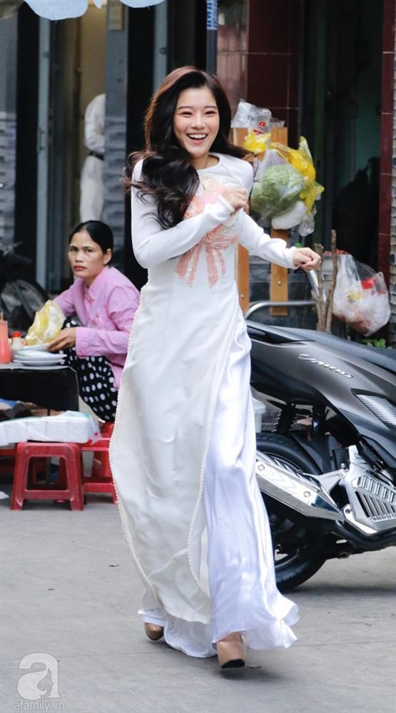 Dàn mỹ nhân Ngựa Hoang diện áo dài trắng thướt tha khoe dáng cùng dàn phù rể ngoại quốc trong lễ rước dâu của Á hậu Hoàng Oanh-4
