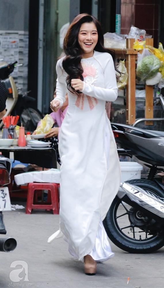 Dàn mỹ nhân Ngựa Hoang diện áo dài trắng thướt tha khoe dáng cùng dàn phù rể ngoại quốc trong lễ rước dâu của Á hậu Hoàng Oanh-5