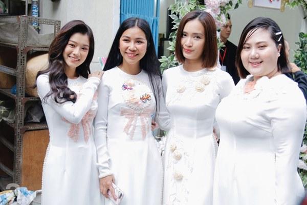Dàn mỹ nhân Ngựa Hoang diện áo dài trắng thướt tha khoe dáng cùng dàn phù rể ngoại quốc trong lễ rước dâu của Á hậu Hoàng Oanh-6