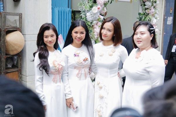 Dàn mỹ nhân Ngựa Hoang diện áo dài trắng thướt tha khoe dáng cùng dàn phù rể ngoại quốc trong lễ rước dâu của Á hậu Hoàng Oanh-7
