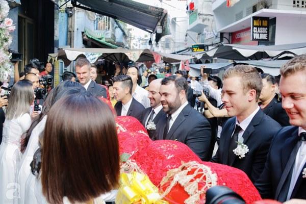 Dàn mỹ nhân Ngựa Hoang diện áo dài trắng thướt tha khoe dáng cùng dàn phù rể ngoại quốc trong lễ rước dâu của Á hậu Hoàng Oanh-9