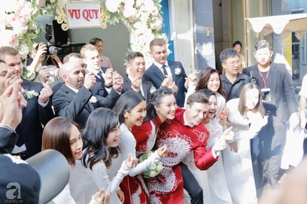 Dàn mỹ nhân Ngựa Hoang diện áo dài trắng thướt tha khoe dáng cùng dàn phù rể ngoại quốc trong lễ rước dâu của Á hậu Hoàng Oanh-10