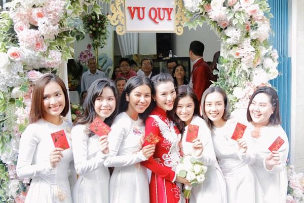 Dàn mỹ nhân Ngựa Hoang diện áo dài trắng thướt tha khoe dáng cùng dàn phù rể ngoại quốc trong lễ rước dâu của Á hậu Hoàng Oanh-11