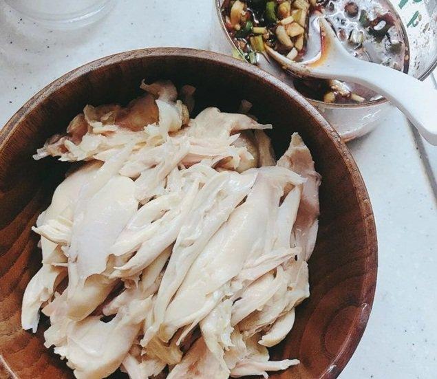 Chồng chê món đùi gà luộc nhạt nhẽo, cho thêm chút nước sốt thành món ngon cực phẩm-3