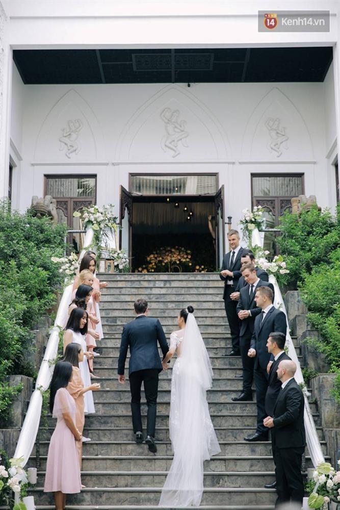 Ngọt lịm tim với loạt khoảnh khắc của MC Hoàng Oanh và chồng Tây: Từ nụ hôn đến cái ôm chặt cũng tình đáng ghen tỵ-1