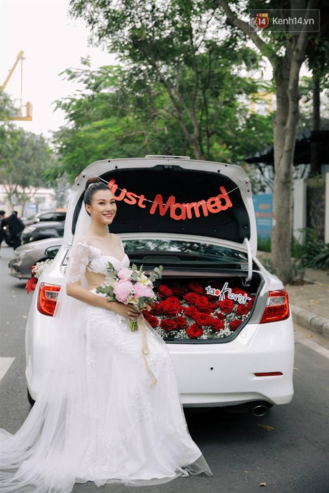 Ngọt lịm tim với loạt khoảnh khắc của MC Hoàng Oanh và chồng Tây: Từ nụ hôn đến cái ôm chặt cũng tình đáng ghen tỵ-10