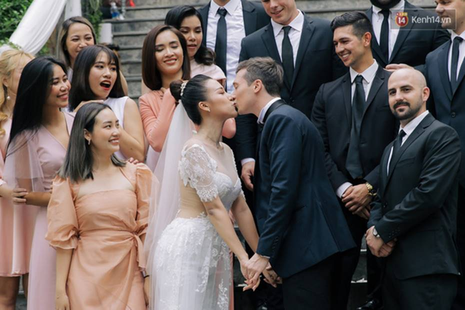 Ngọt lịm tim với loạt khoảnh khắc của MC Hoàng Oanh và chồng Tây: Từ nụ hôn đến cái ôm chặt cũng tình đáng ghen tỵ-5